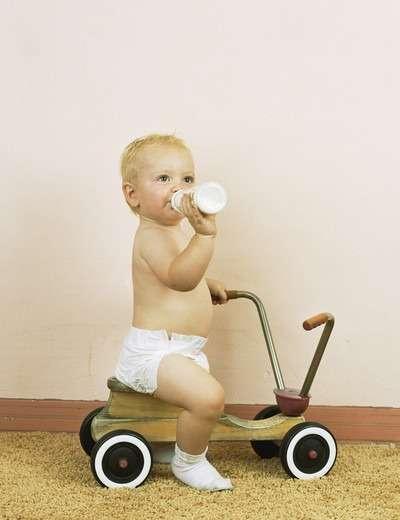 маленький ребенок на велосипеде