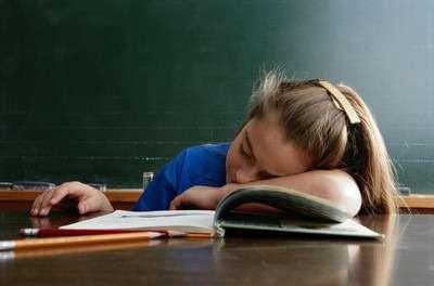 Школьница уснула за учебниками