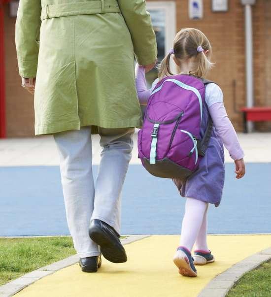 Мама с дочкой идут в школу
