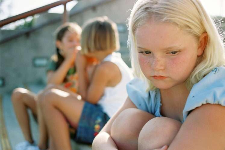 Дети дразнят сверстницу