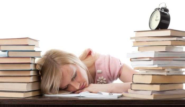 Спит за учебниками