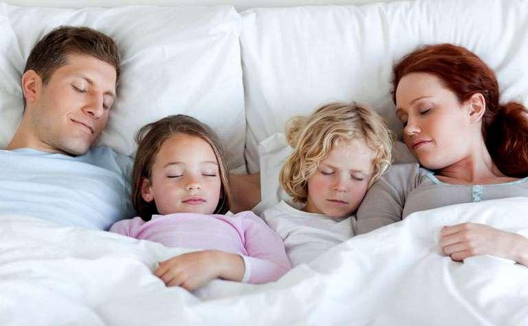 Дети спят с мамой и папой
