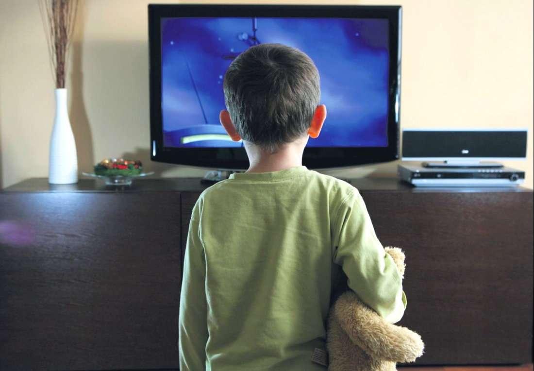 дети и родители смотрят телевизор