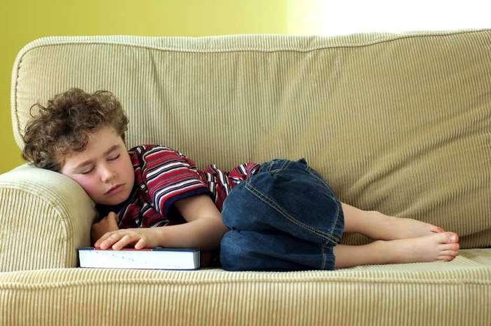 Ребенок спит на диване