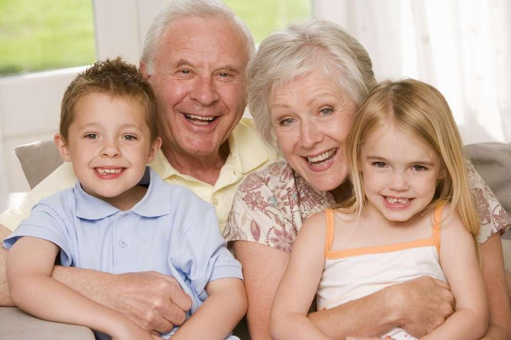 бабушка и дедушка обнимают внуков