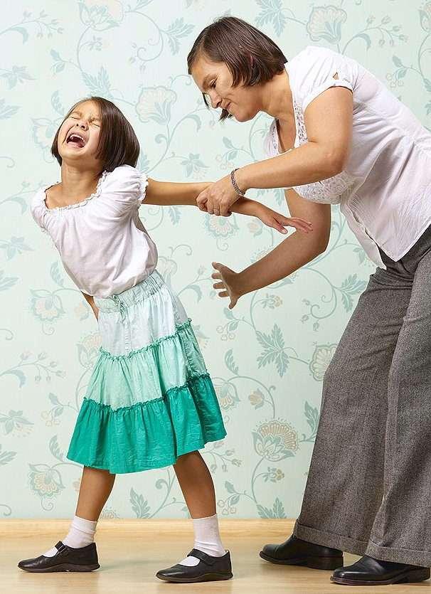 Мама наказывает дочь