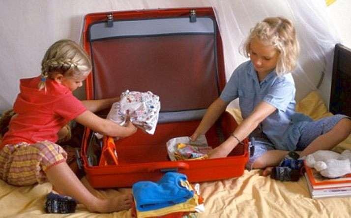 Ребенок собирается в летний лагерь