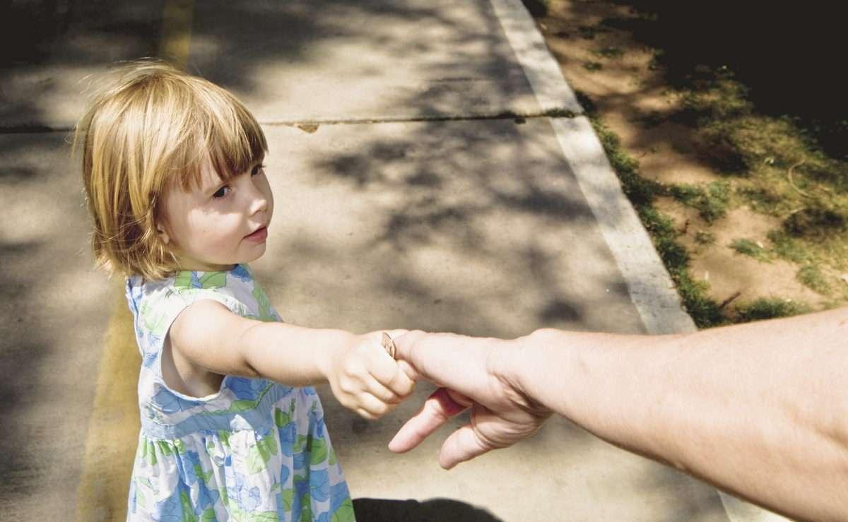 взрослый протягивает руку ребенку