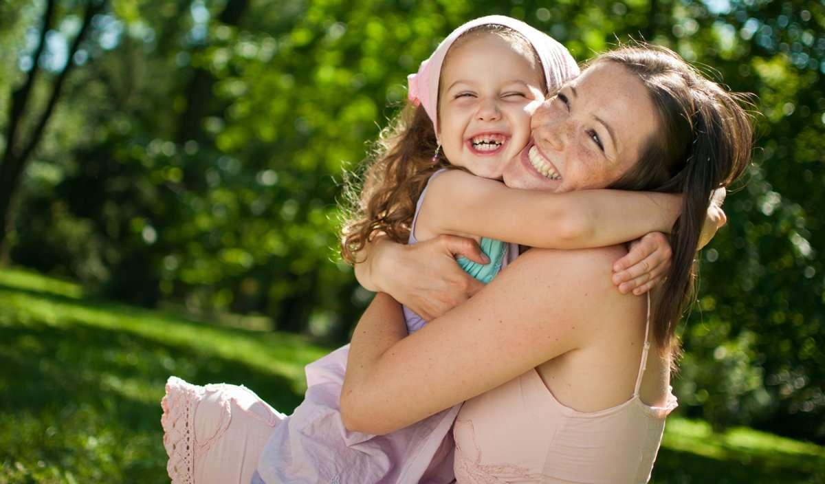 дочь обнимает маму