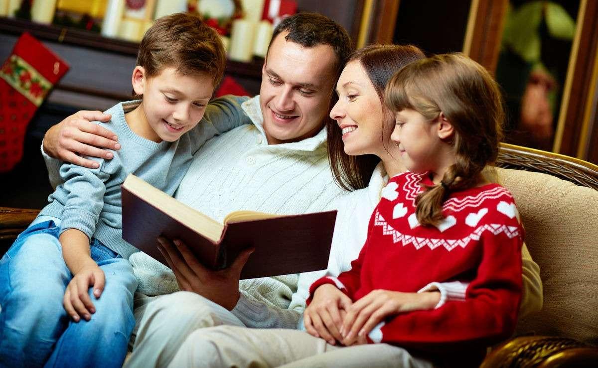 родители читают книгу детям