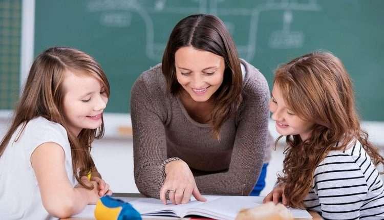 Учитель помогает детям с заданием