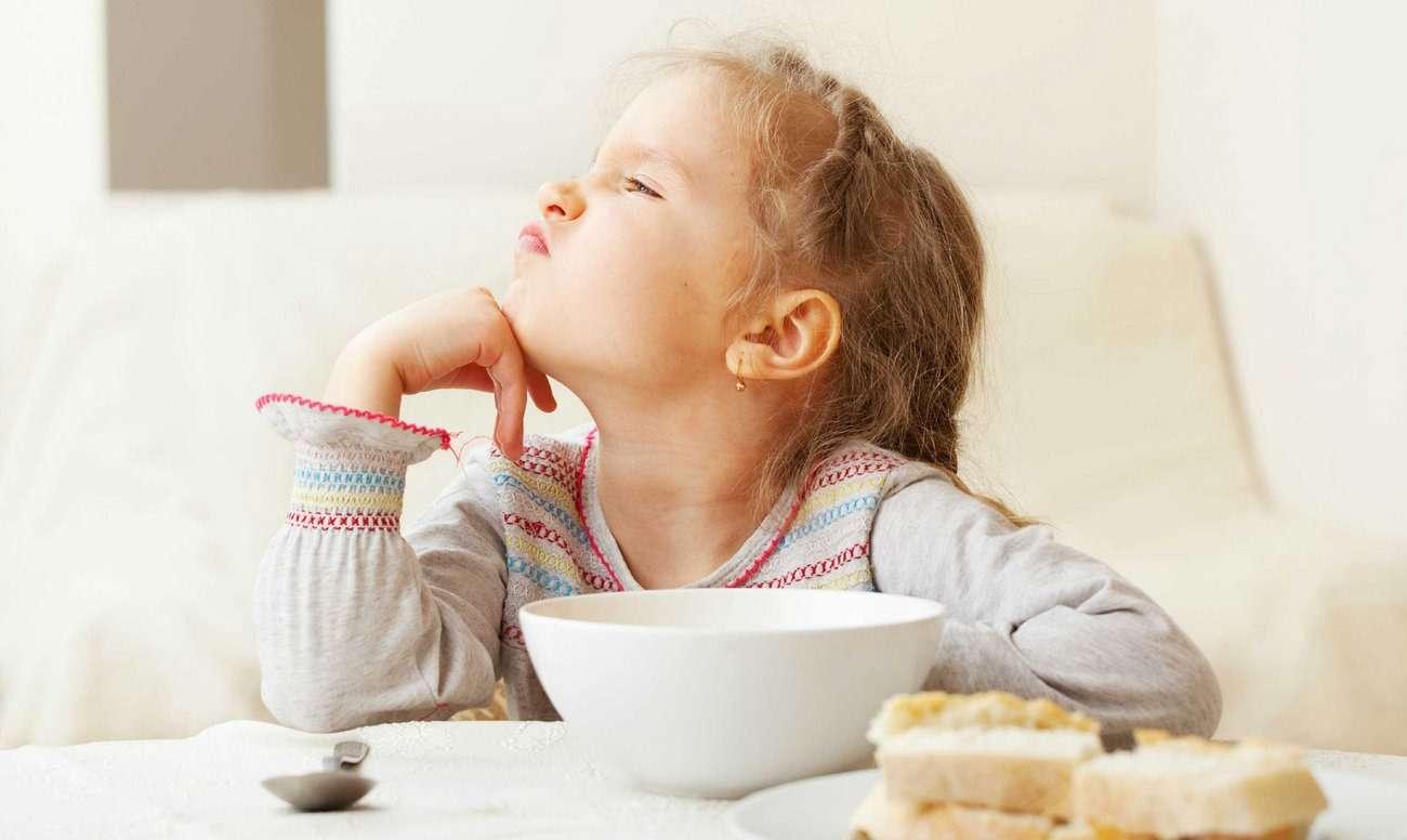 Ребенок отказывается от еды - что делать родителям{q}