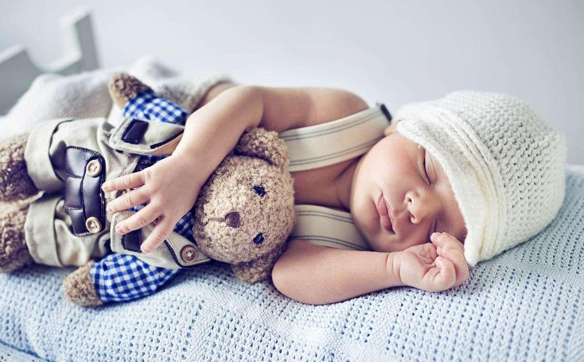 Ребенок спит обняв игрушку
