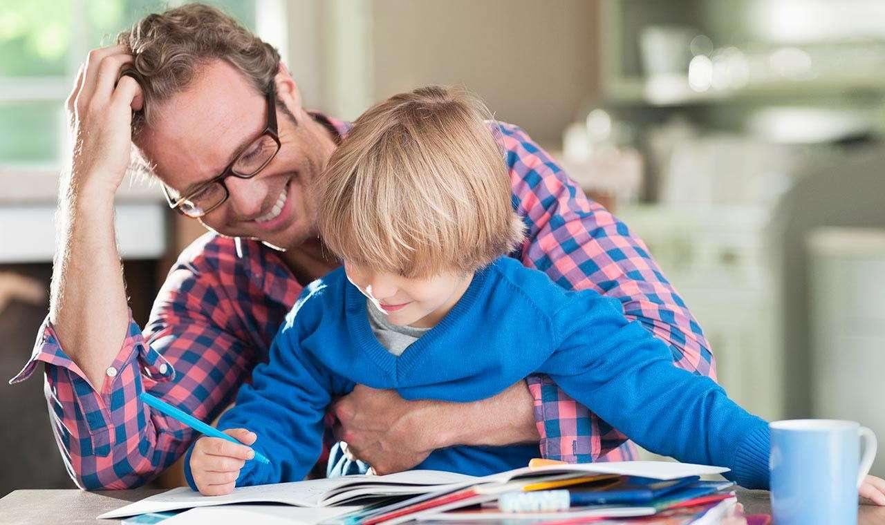 Отец делает уроки с ребенком