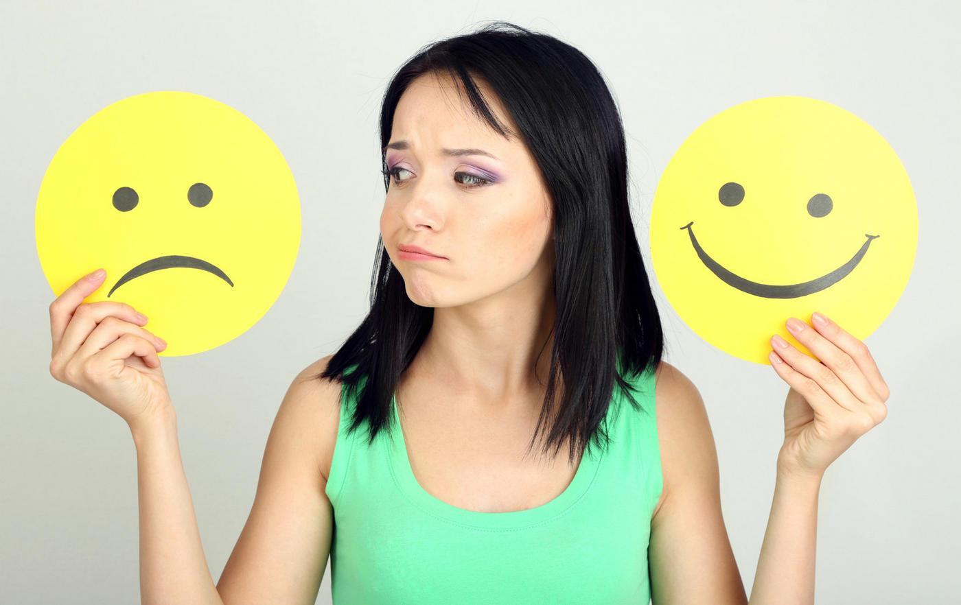 Выбирает между радостью и грустью
