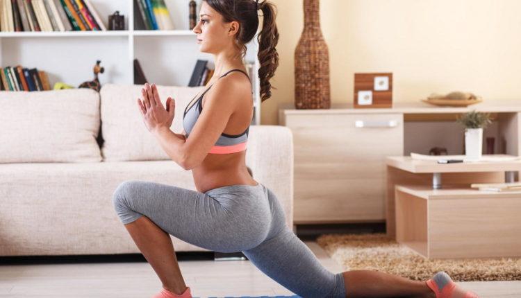Девушка занимается гимнастикой дома