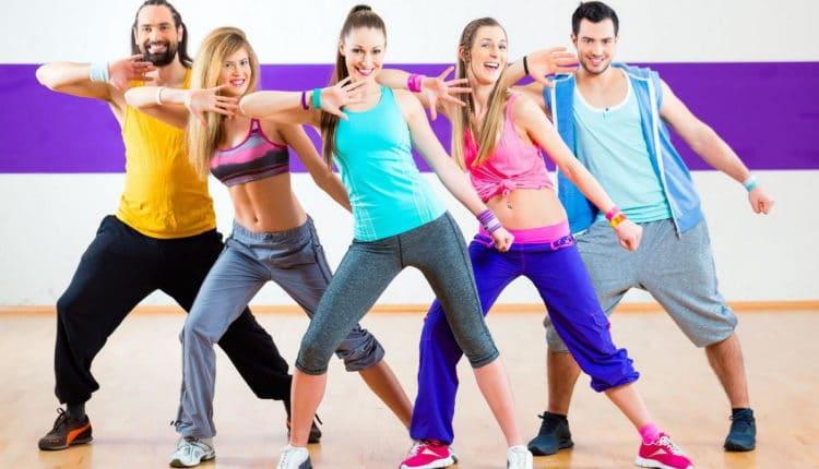 Занимаются спортивными танцами