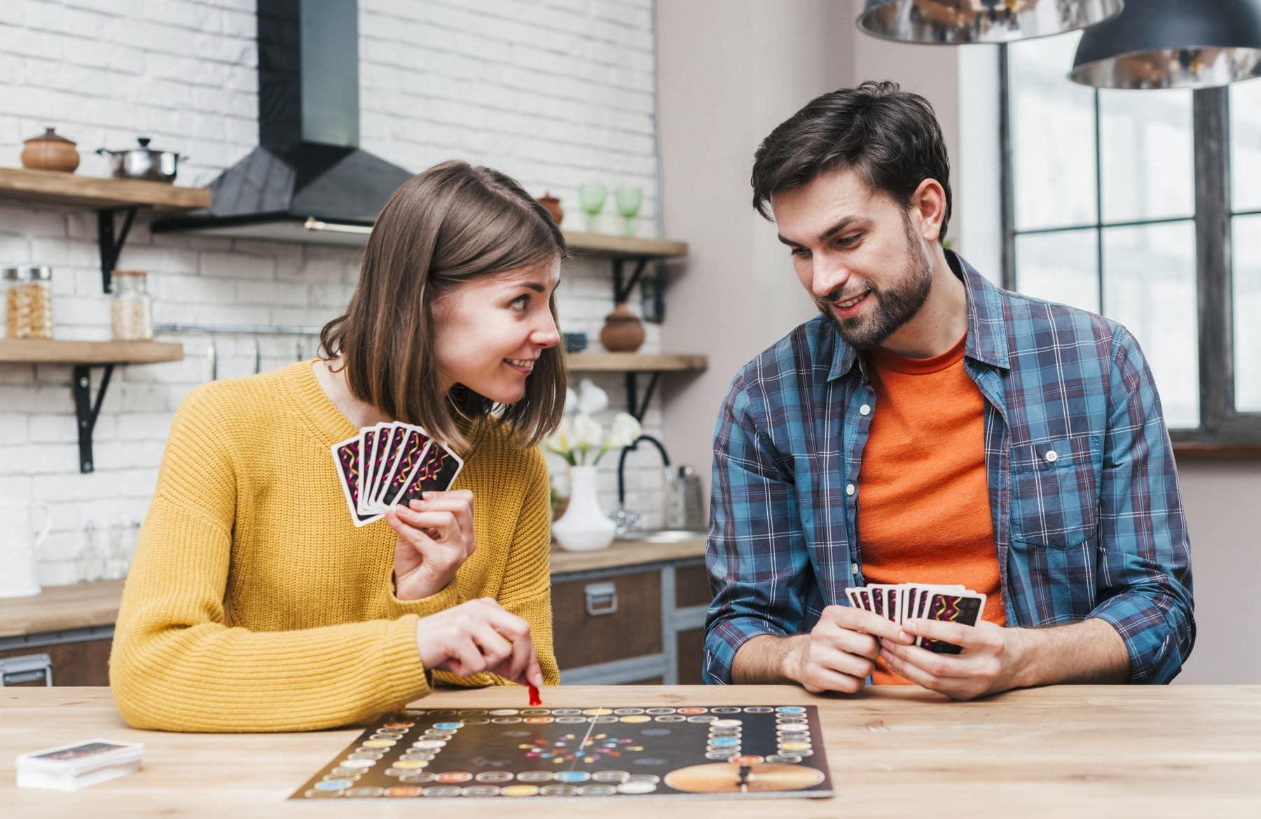 Пара играет в настольную игру