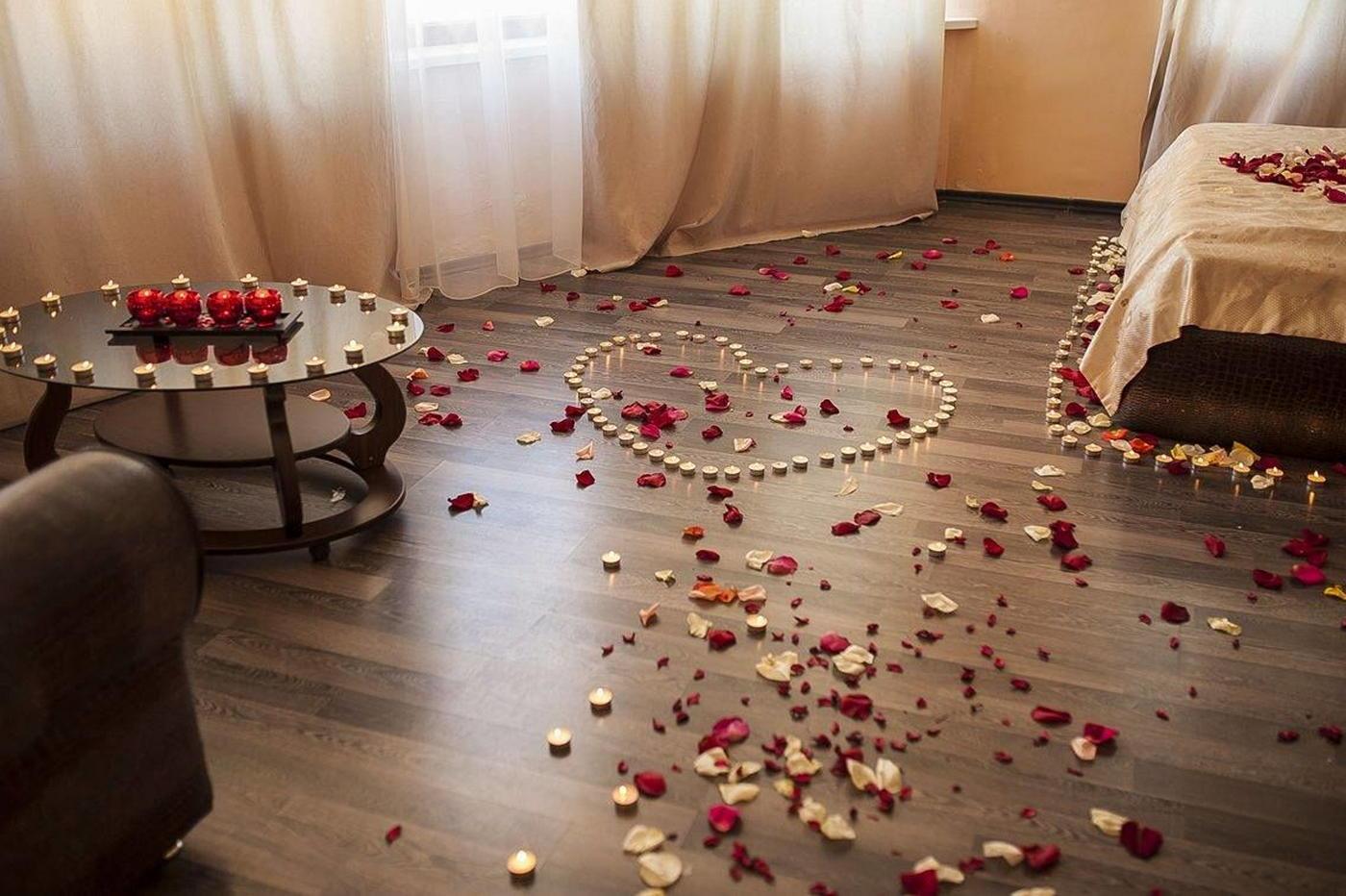 Комната украшенная лепестками роз