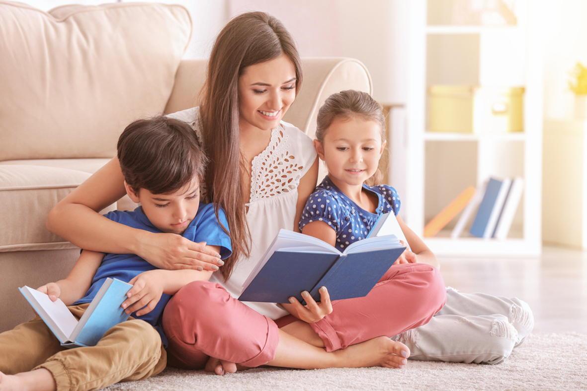 Мама читает книгу с детьми